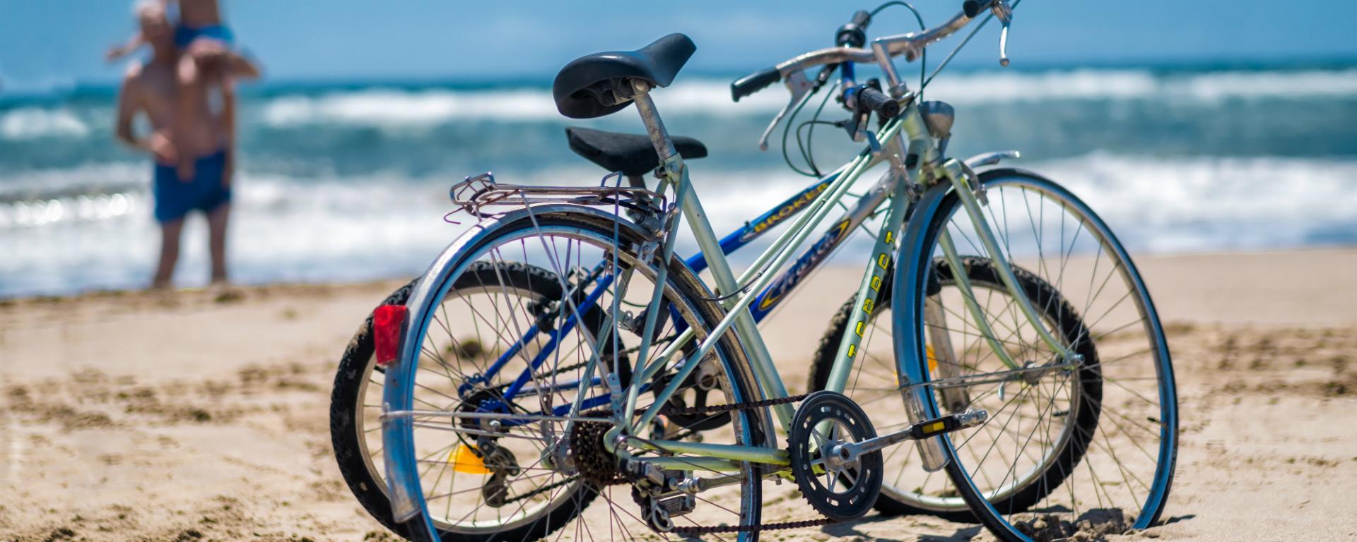 A la platja en bici